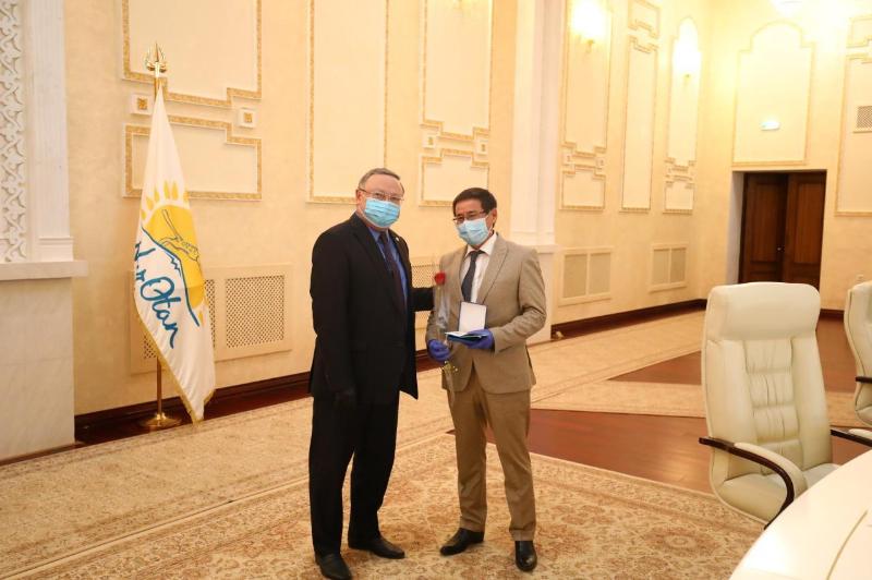 Актюбинских медиков наградили государственными наградами