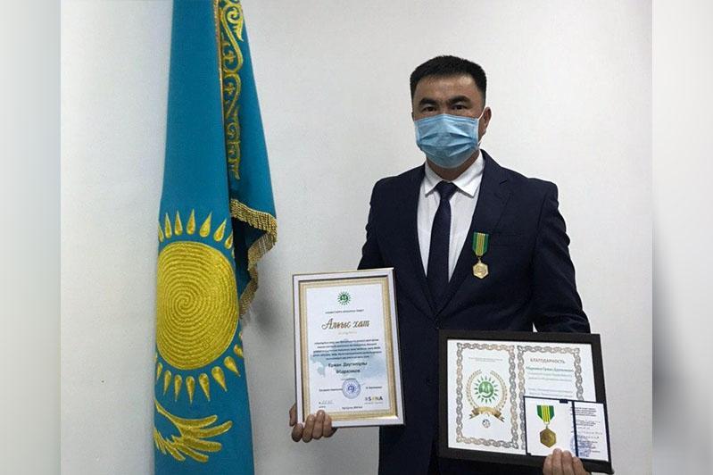 Сотрудника ЦОНа, бросившегося в колодец ради спасения двух мужчин, наградили в Алматы