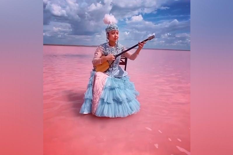 在粉红色湖演奏冬不拉名曲的视频引起网友围观和赞赏