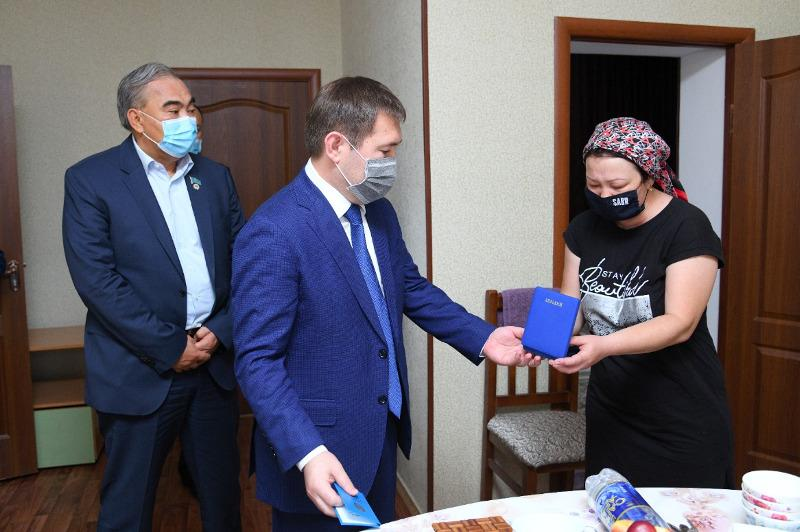 Families of medical workers killed by COVID-19 received state awards in Shymkent