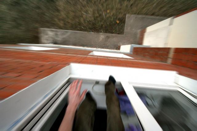 Особо опасный преступник, пытаясь сбежать, выпрыгнул из окна 12 этажа