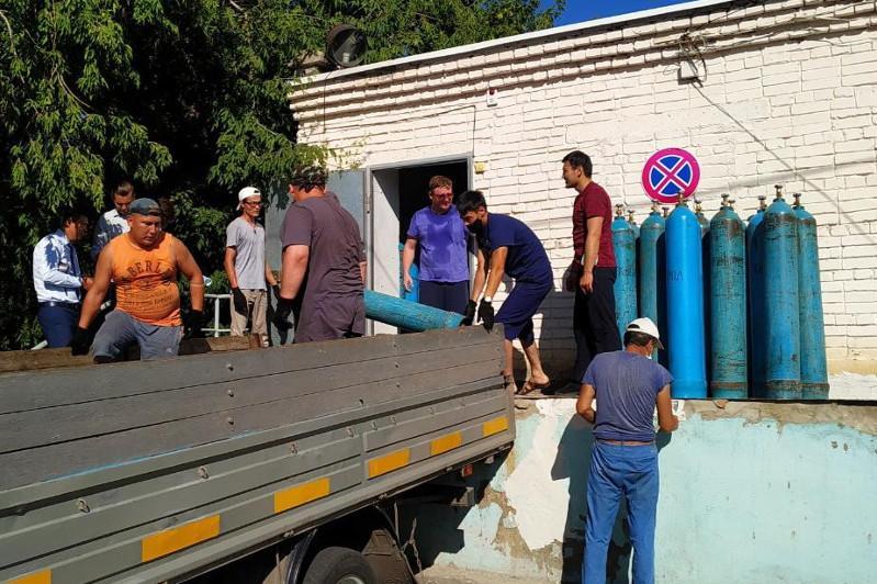 Қостанайлық волонтерлер ауруханаларға оттегі баллондары мен дәрі-дәрмектер тасып жүр