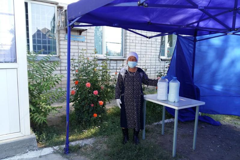 Многодетная мать бесплатно снабжает саумалом больных в Алматинской области