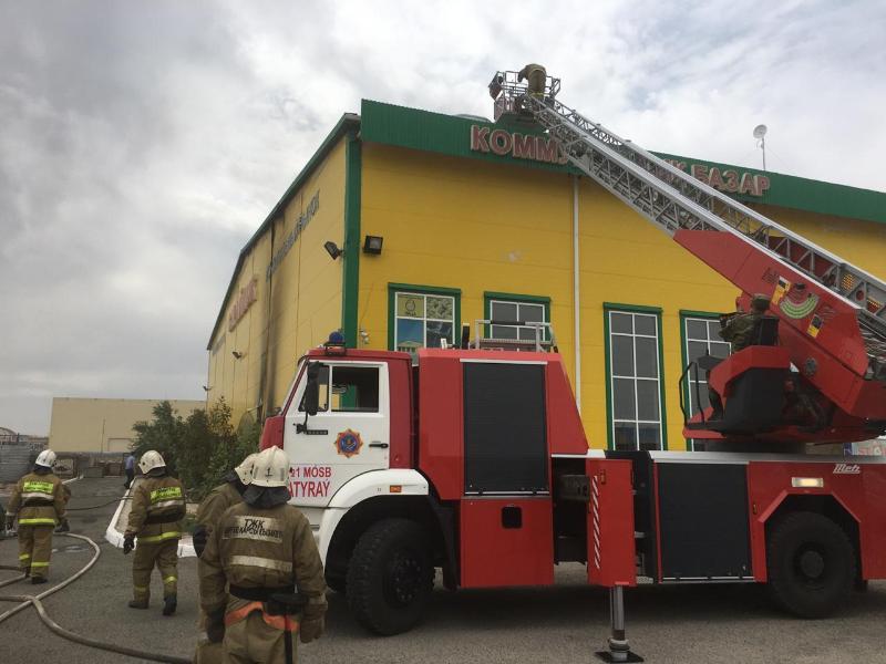 На рынке в Атырау сгорели три продуктовых отдела