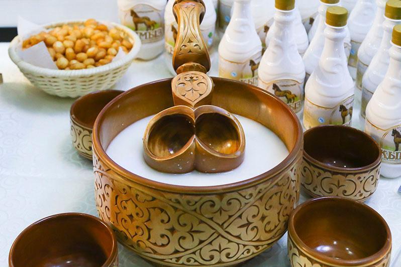 哈萨克斯坦今年上半年生产了超过四百吨的马奶和近一千吨的驼奶