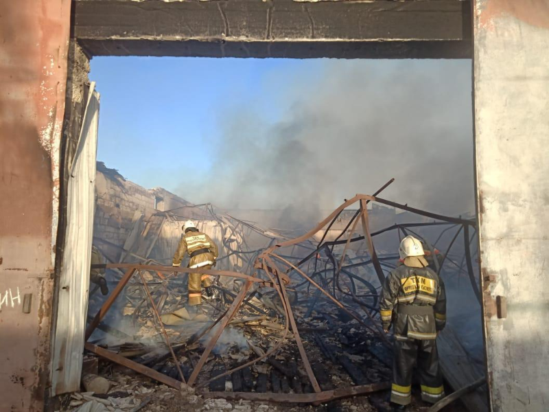 Пожар на СТО в Атырау: сгорело восемь машин