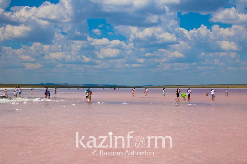 地方政府决定在疫情稳定前封闭粉红湖泊