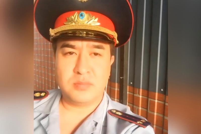 Певца Кентала оштрафовали за ношение полицейской формы в вайне