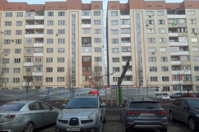 Жители накренившейся многоэтажки в Алматы снова пожаловались