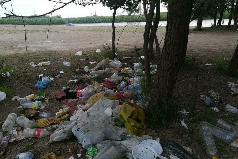 Горы мусора на пляже возмутили жителей СКО