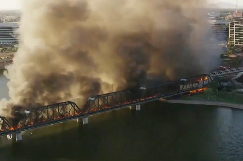Крупный пожар и обрушение моста: поезд сошел с рельсов в США