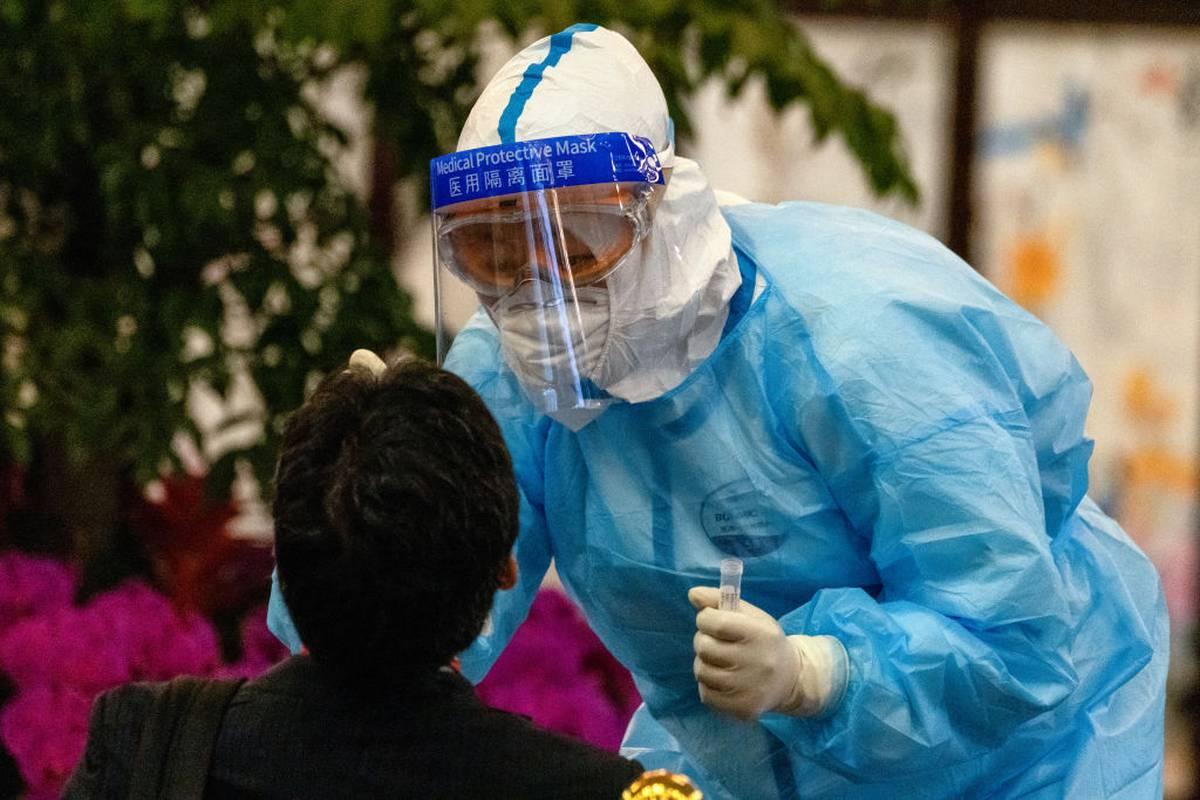 В Китае второй день подряд выявляют более 100 новых случаев коронавируса