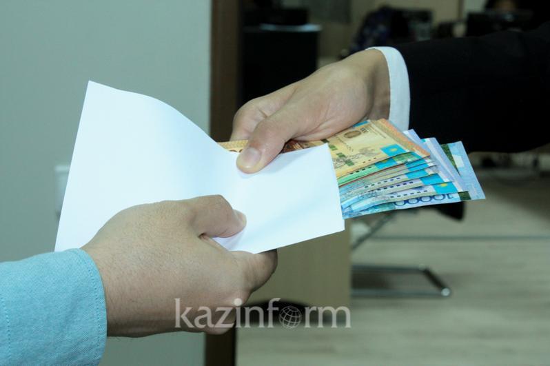 Две банки «энергетика» и 30 000 тенге потребовал чиновник в Шымкенте