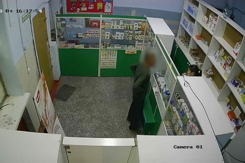 Видео с дерзким ограблением аптеки показала полиция Семея