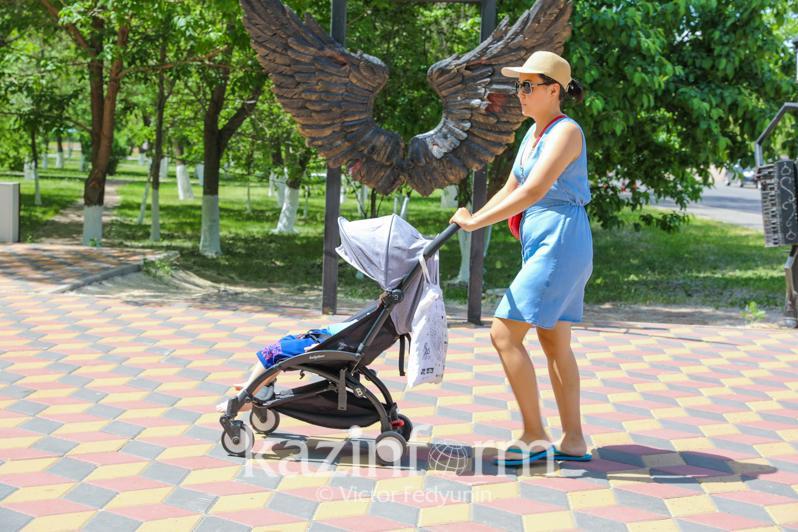 Воздержаться от прогулок с новорожденными и маленькими детьми попросили казахстанцев