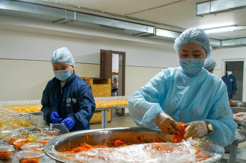 Медработникам Нур-Султана в честь Курбан айта раздали горячие обеды