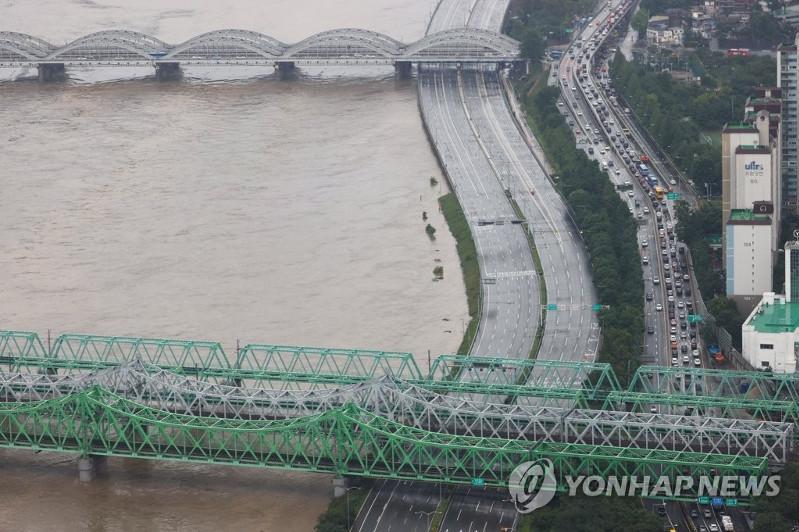 Сотни людей лишились крова и шестеро погибли в результате сильных ливней в Южной Корее