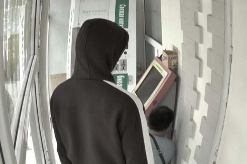 Серийных взломщиков терминалов поймали в Алматы