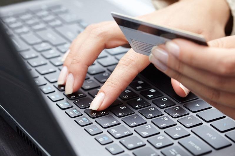 Переводила деньги клиентов на свой счет: 4,5 млн тенге присвоила менеджер банка в ВКО