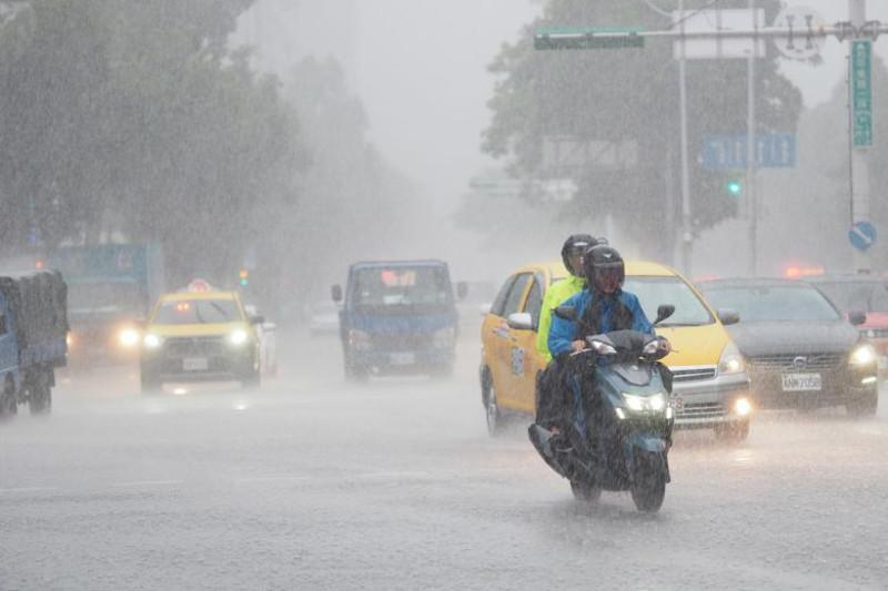 Қытайда «Хагупит» тайфуны салдарынан жүздеген мың адам қауіпсіз жерге шығарылды