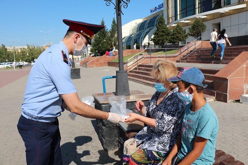 500 масок раздали пассажирам на столичном ж/д вокзале транспортные полицейские