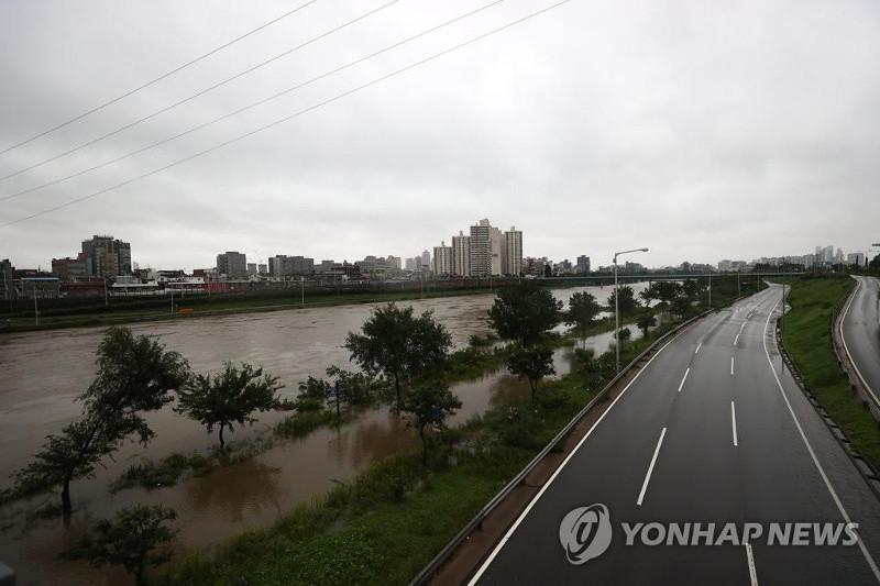 Major highways in Seoul partly closed as downpours raise water level of Han River