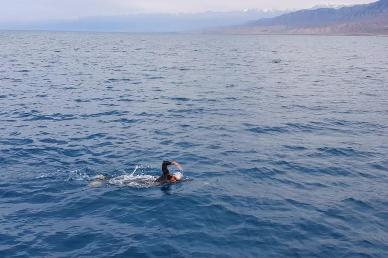 Казахстанец переплыл Иссык-Куль за рекордное время