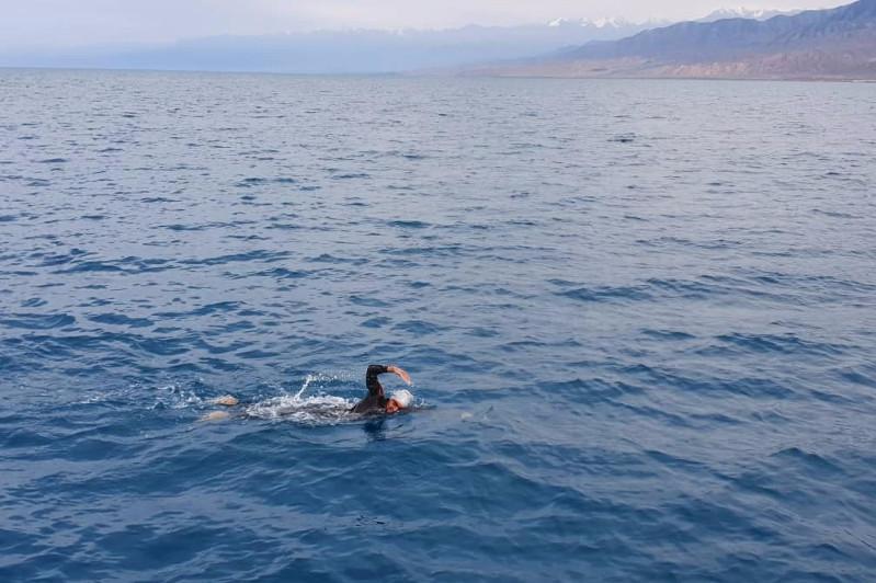 哈萨克斯坦泳者破纪录横渡伊塞克湖