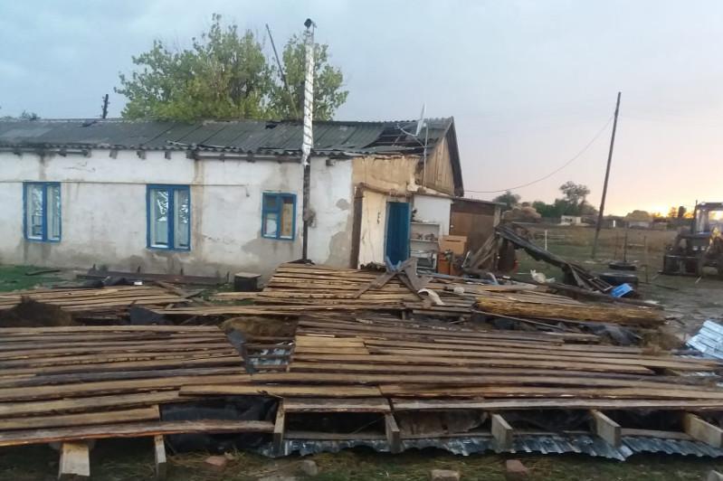 Крыши нескольких зданий сорвало ветром в ЗКО