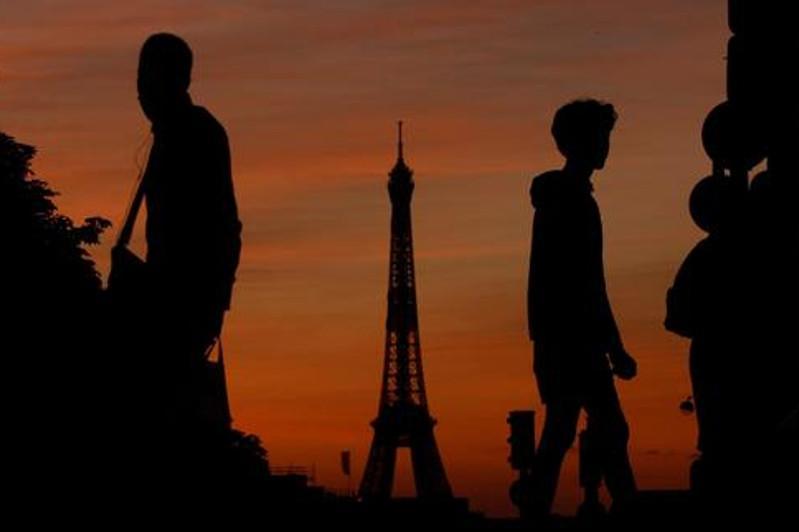 Эйфелева башня погрузилась в темноту в память о жертвах взрыва в Бейруте