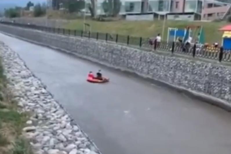 Катание алматинцев на баллоне по реке попало на видео