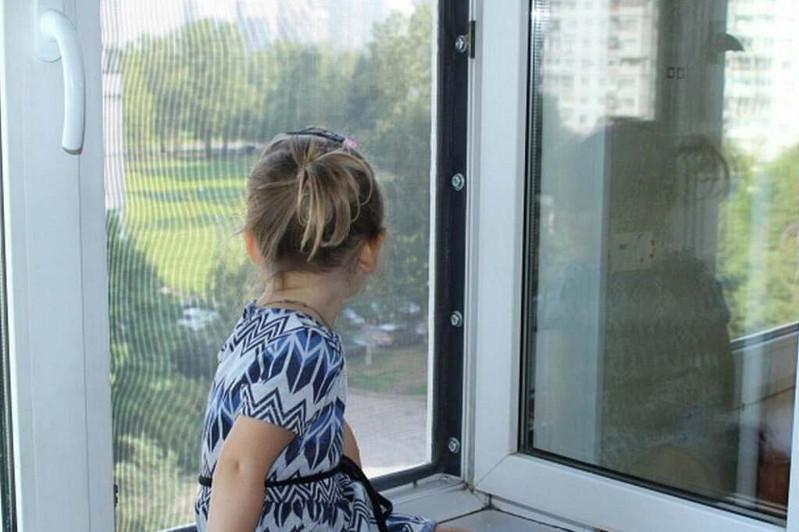 Трёхлетняя девочка выпала из окна в ВКО