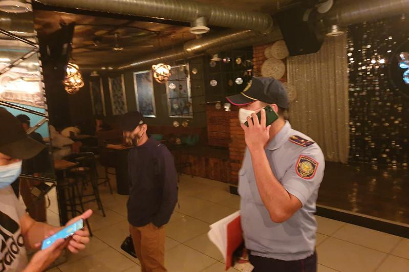 Пятерых подростков обнаружили ночью в кафе в Нур-Султане