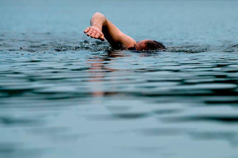 В Павлодаре мужчина на спор переплывал Иртыш и чуть не утонул