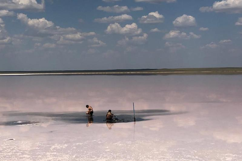 На озере Кобейтуз вновь гребут грязь лопатой
