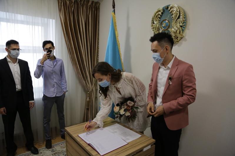 Казахстанские медики связали себя узами брака в Посольстве РК в России