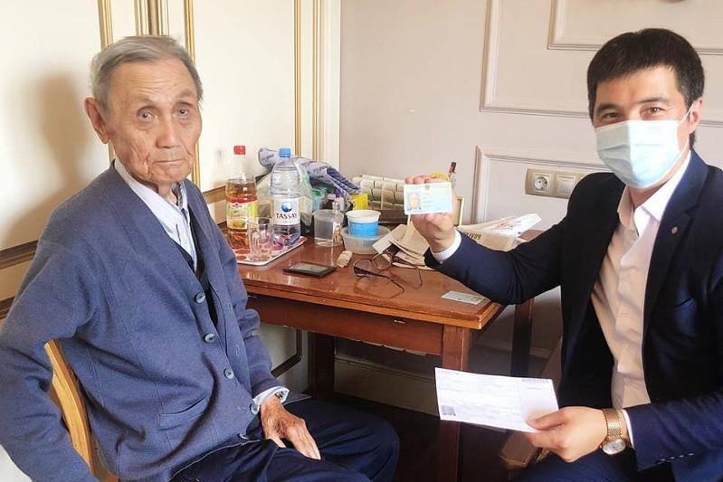 95-летний ветеран войны в ЗКО получил к юбилею новое удостоверение личности