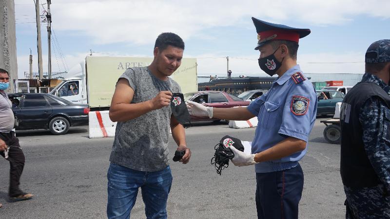 Жамбылдық полицейлер тұрғындарға 2 мың масканы тегін таратты