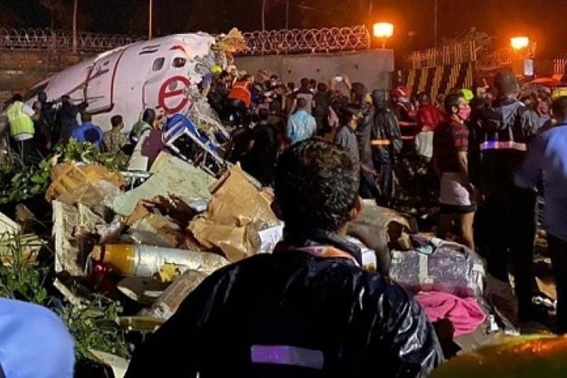 印度一架客机降落时冲出跑道致17人死亡