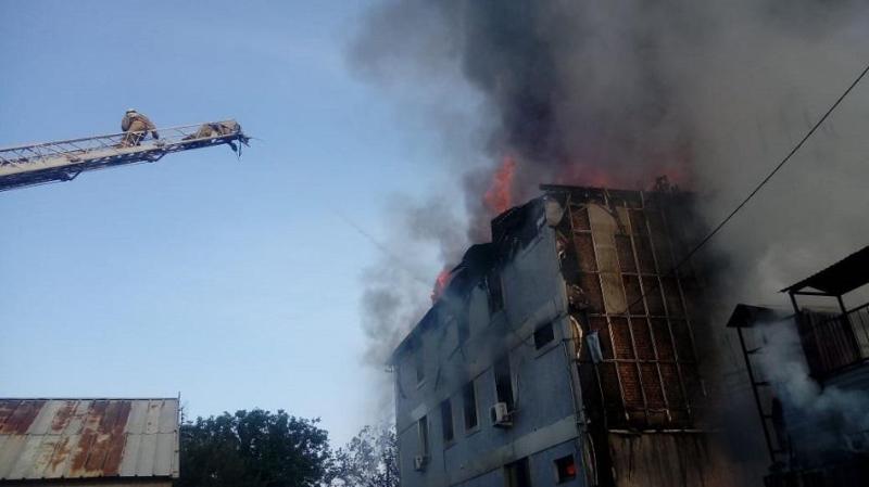 Трехэтажное здание загорелось в Алматы