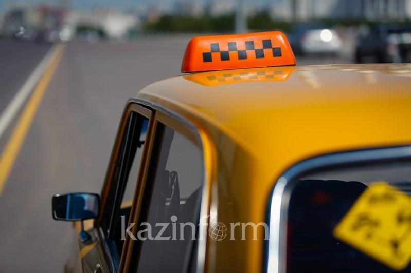 Атырауда салонына 6 жолаушы мінгізген бірнеше таксист ұсталды