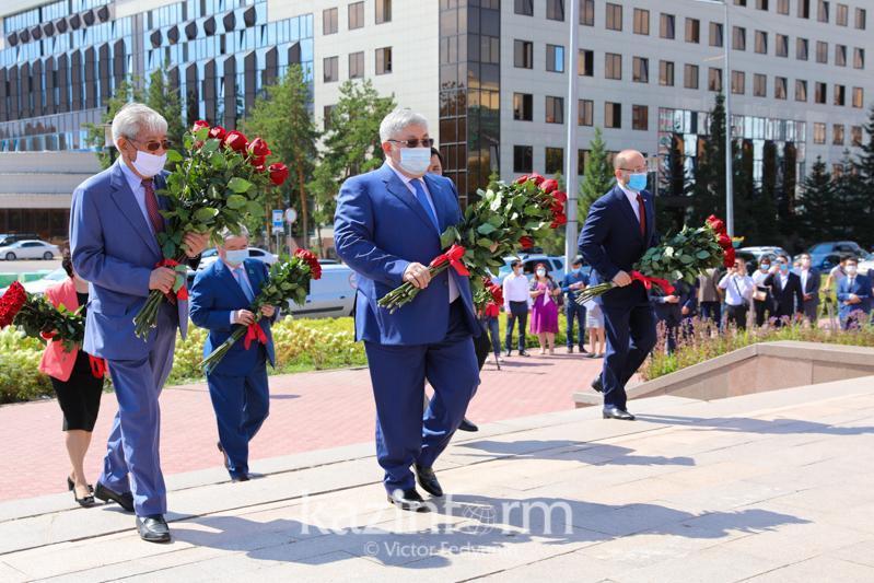 В столице возложили цветы к памятнику Абая