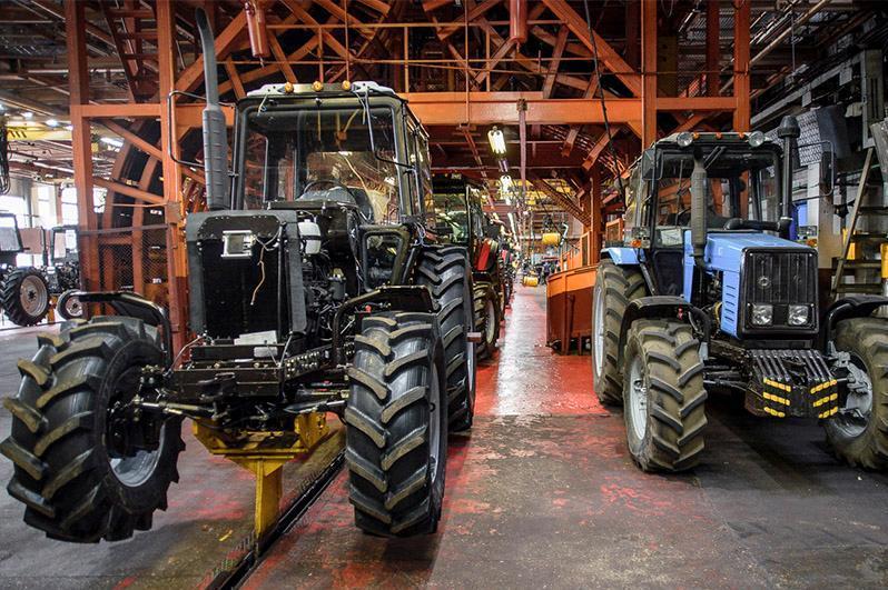 今年上半年我国拖拉机和联合收割机的产量增长了两倍