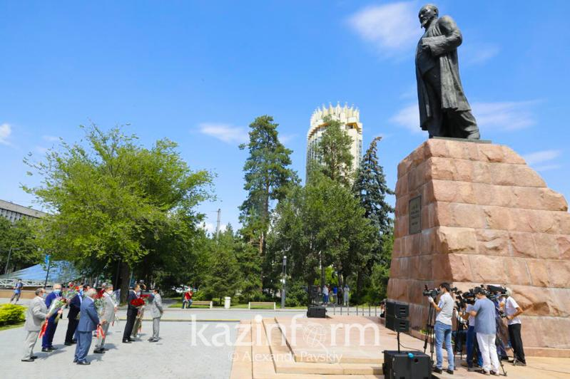 Poets, writers laid flowers to Abai's monument in Almaty