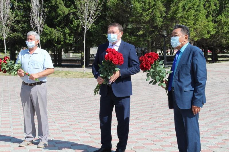 Цветы к памятнику Абаю и Пушкина возложили в Петропавловске