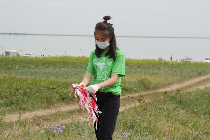 Волонтеры очистили от мусора берег озера Сарыоба вблизи Нур-Султана