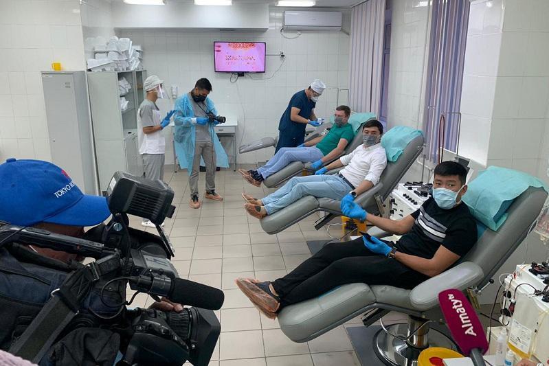 Известные блогеры стали донорами иммунной плазмы в Алматы