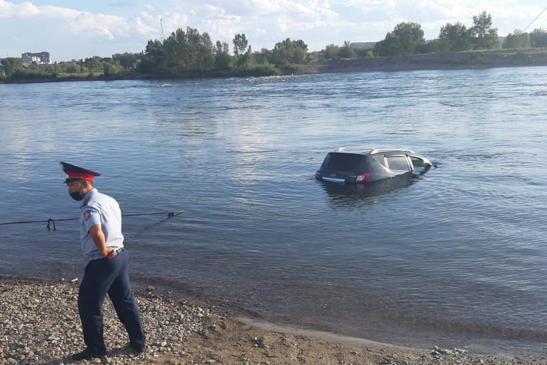 Машина утонула в Иртыше в Семее