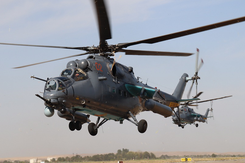 Пилоты шымкентской авиации отрабатывают полеты на групповуюслетанность