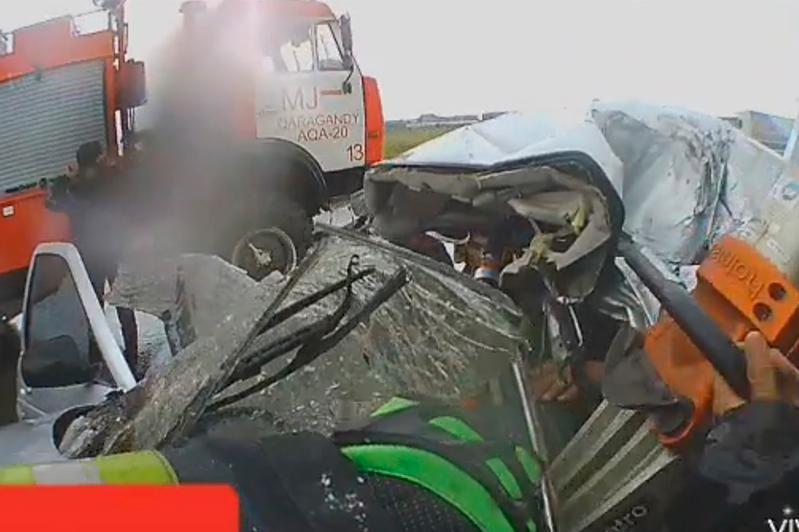 В Караганде водитель погиб, столкнувшись с опорой освещения